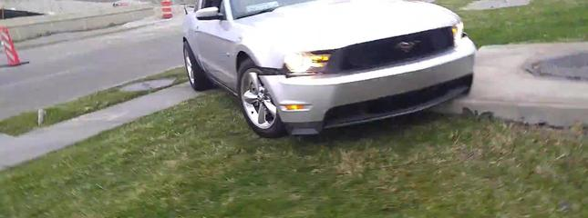 video Insolite : il fait le beau mais crashe sa Ford Mustang